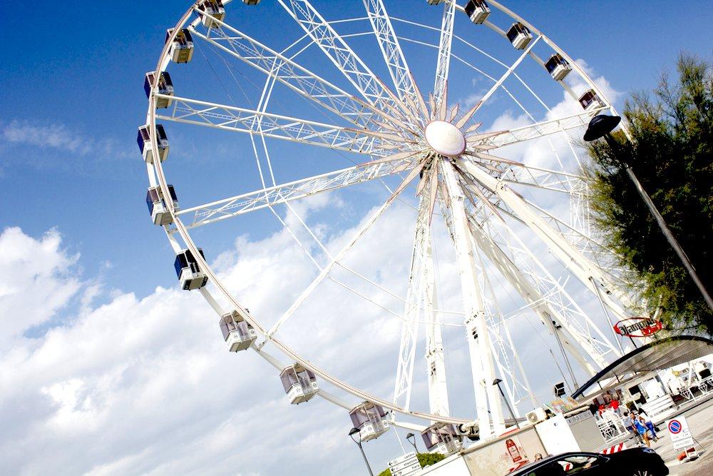 Rimini, la ruota che gira come fosse Coney Island